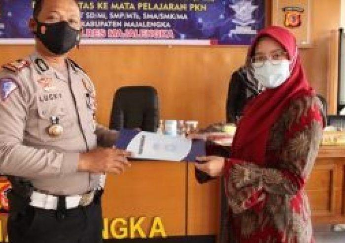 Satlantas Polres Majalengka melakukan edukasi keselamatan lalu lintas kepada pelajar melalui guru