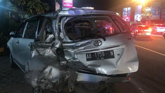 obil yang terlibat kecelakaan beruntun di Ringroad Monjali, Jumat (26/3/2021) malam. (Tribunjogja.com/Ardhike Indah)