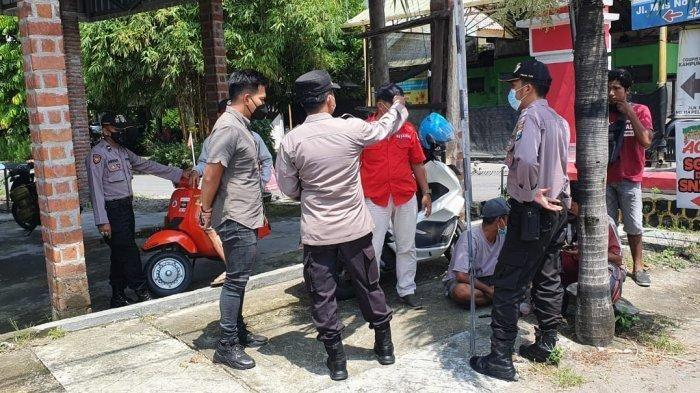 Petugas kepolisian saat mendatangi lokasi kejadian perampokan nasabah bank Rp 500 juta. (Istimewa)