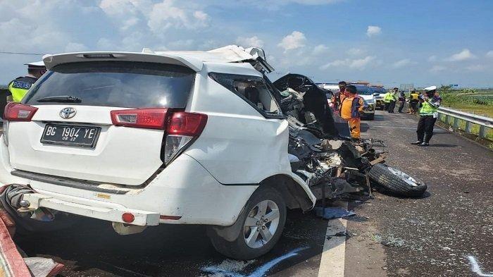 Toyota Kijang Innova tergelincir akibat tabrakan truk di tol Kayakung-Palembang KM348