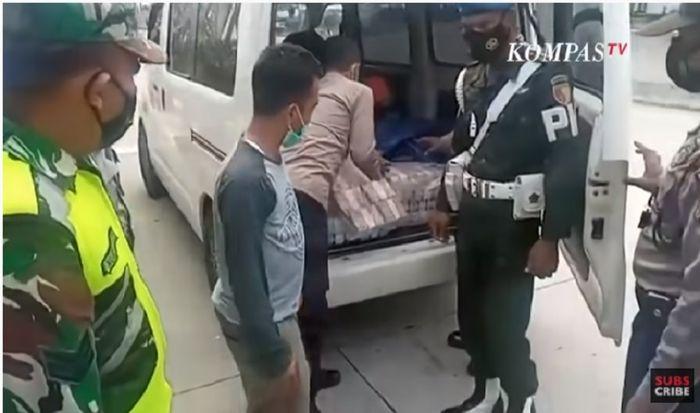 Daihatsu Gran Max putih bawa uang Rp 2,1 miliar tanpa dokumen dan pengamanan polisi (Tangkapan Layar Youtube KompasTV)