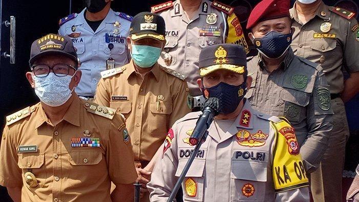 Kapolda Jabar Irjen Pol Ahmad Dofiri memberikan keterangan resmi terkait pos penyekatan larangan mudk yang dijebol