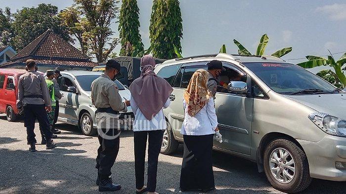 Penyekatan yang dilakukan petugas gabungan di Pospam Jembatan Timbang Toyogo, Sambungmacan, Sragen.