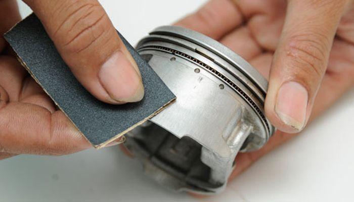 Akali menggunakan amplas jika piston baret