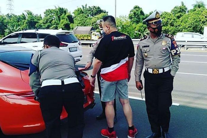 Pengendara Porsche yang ditilang karena ugal-ugalan di jalan tol oleh PJR Ditlantas Polda Metro Jaya(instagram @satpjr_poldametrojaya)