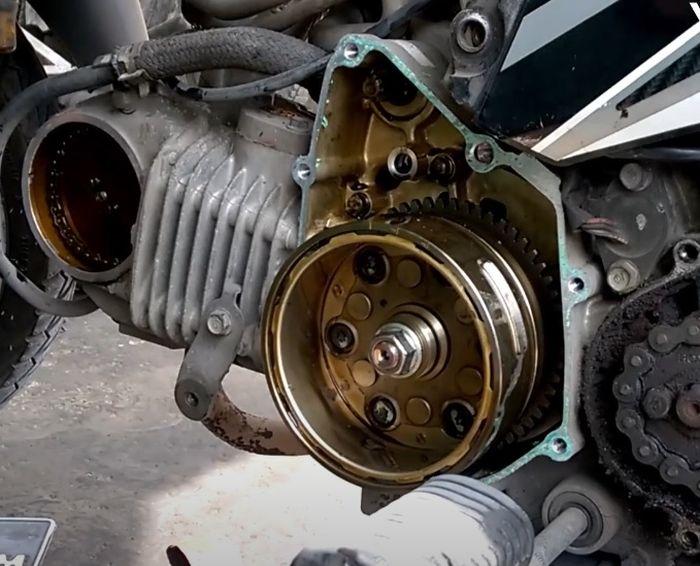Bak magnet Honda Supra X 125 harus dalam keadaan kering dan tidak ada oli