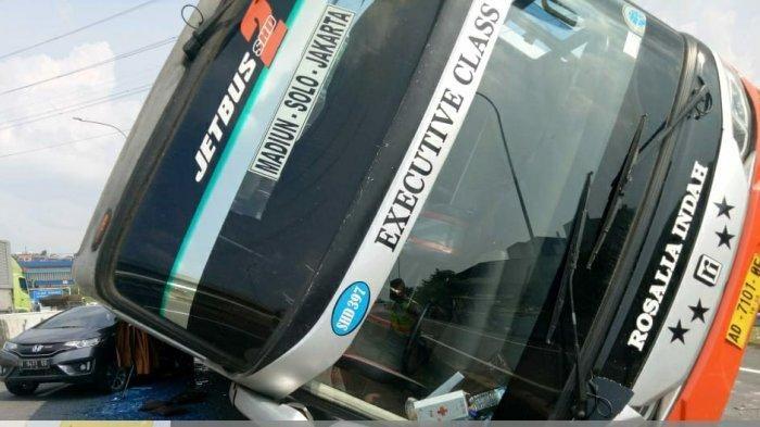 Honda Jazz tertimpa bus Rosalia Indah di exit tol Krapyak, Semarang