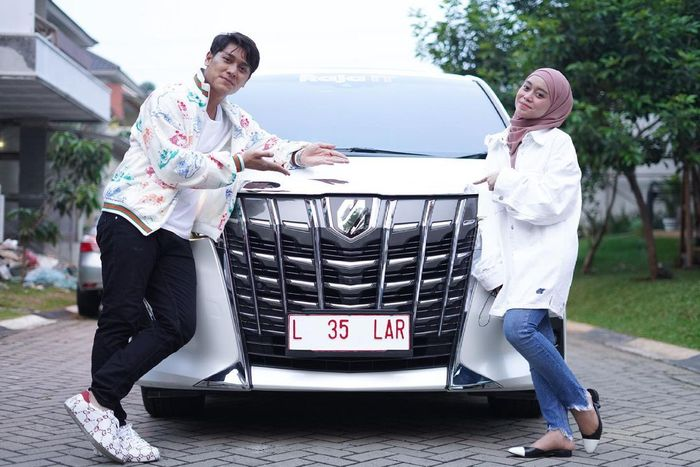 Pose Rizky Billar dan Lesty Kejora di depan Toyota Alphard berpelat nomor L 35  LAR