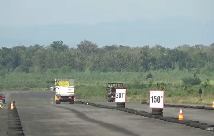 kondisi saat drag race truk di Lanud Gading berlangsung.