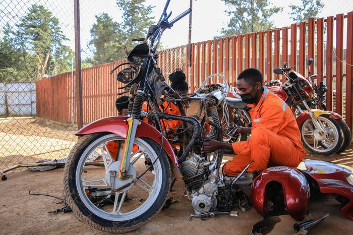 Proses konversi motor jadi motor listrik di Rwanda