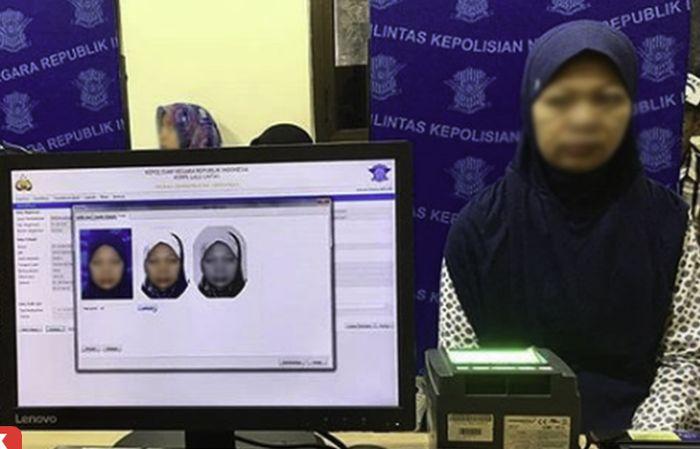 Jilbab dan baju biru sebaiknya tidak dipakai saat melakukan foto SIM karena sama dengan warna latar foto