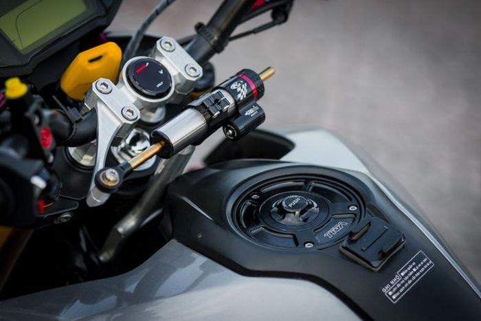 Tangkinya dipasangi tutup tangki Tyga dan terlihat juga steering damper Matris