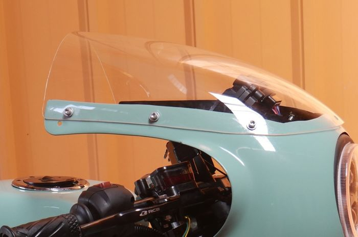 Windshield di Verza cafe racer ini mengikuti kontur bodi ala motor balap tahun 60-an