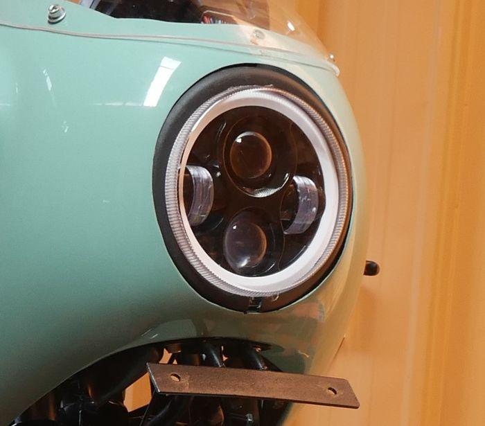 Headlamp bulat LED padukan kesan retro dan modern, klop terpasang di fairing Verza ini