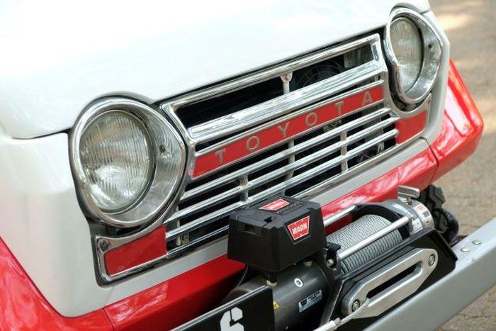 Di bagian depan terpasang winch Warn XD9000 untuk mendongkrak penampilan FJ55