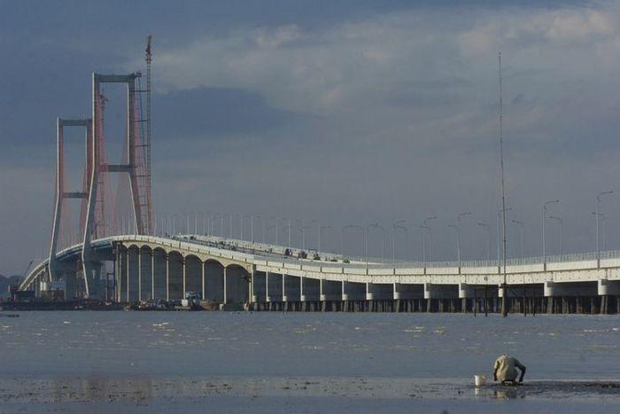 Jembatan Suramadu saat siang hari
