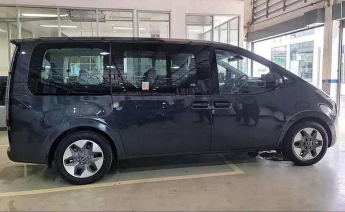 Sisi samping Hyundai Staria