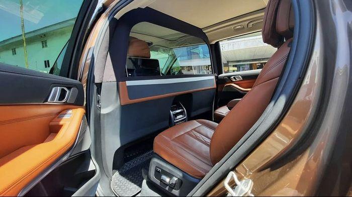 Partisi Kabin Pengaman Garapan Music Art Indonesia untuk BMW X7
