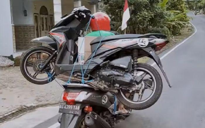 Yamaha NMAX gendong Honda BeAT - Youtube BAPAK MUSTOFA KEPALA JENGGOT.jpg