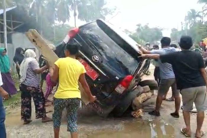Warga Desa Wakumoro, Kecamatan Parigi, Kabupaten Muna, Sulawesi Tenggara, protes jalan rusak dan nyaris menggulingkan mobil dinas yang melintas, Senin (30/8/2021).(Hand Out)
