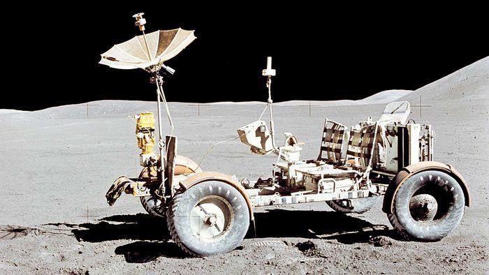 Lunar Roving Vehicle atau Moon Buggy yang mendarat di bulan.