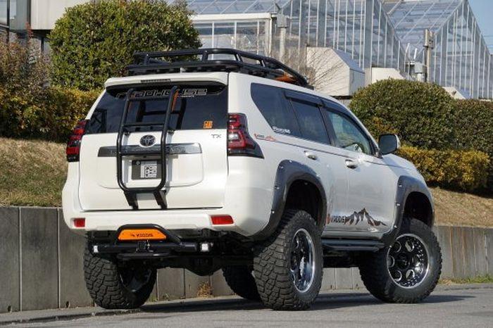 Tampilan belakang modifikasi Toyota Land Cruiser Prado tampil gagah