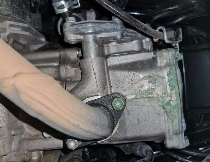 Rembesan air radiator menjadi kerak akibat bertemu udara atau disebut sedimentasi, gak perlu panik dan jangan dihilangkan