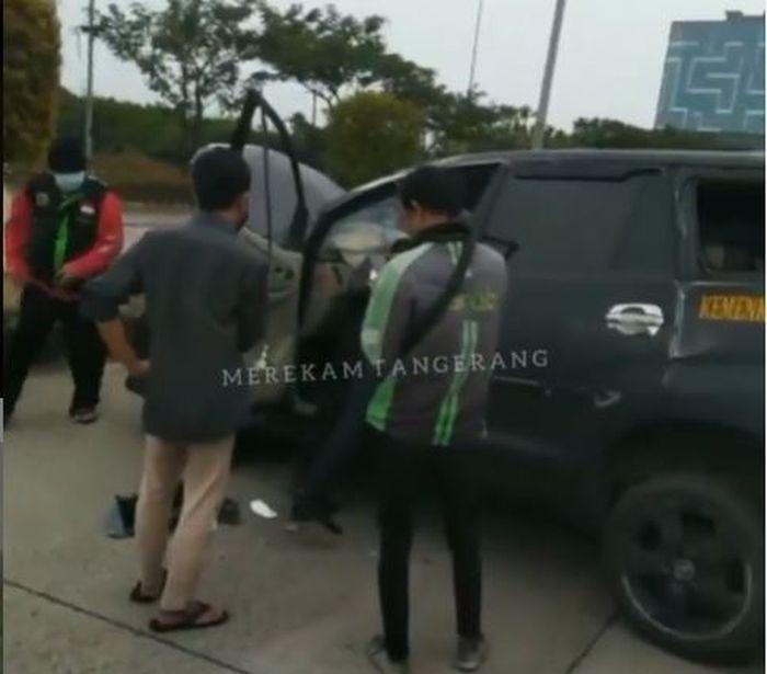Warga mengerumuni Toyota Kijang Innova milik Kanwil Kemenkumham Banten yang laka tunggal di Cipondoh, Tangerang