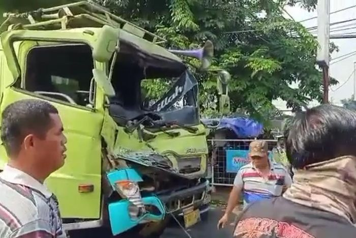 Kecelakaan truk akibat rem blong di depan Terminal Kalideres, Jumat (11/6/2021)