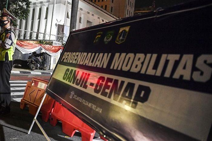 Petugas kepolisian berjaga di pos pemeriksaan ganjil genap yang diterapkan karena adanya perpanjangan PPKM level 4 di Jalan MH Thamrin, Jakarta, Minggu (15/8/2021). ANTARA FOTO/Hafidz Mubarak A/wsj.(ANTARA FOTO/Hafidz Mubarak A)