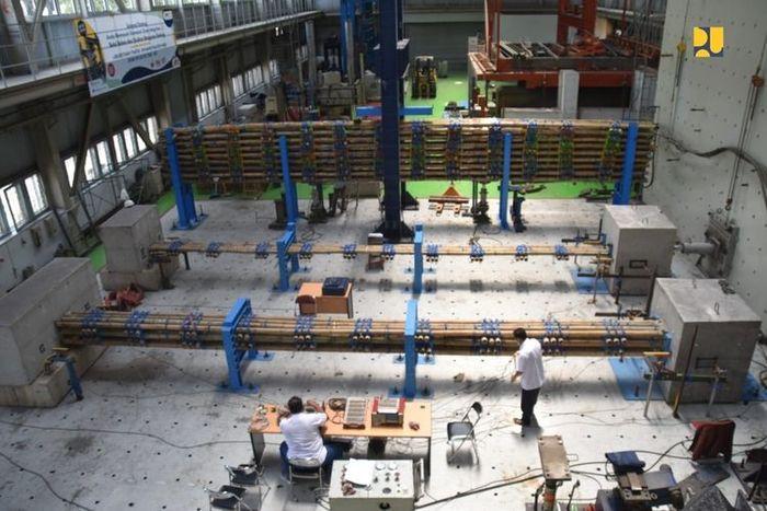 Proses pengujian bambu yang akan dijadikan matras dalam konstruksi tol Semarang-Demak