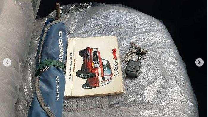 Buku manual hingga kunci serep Daihatsu Taft GT F73 tahun 1997 masih lengkap