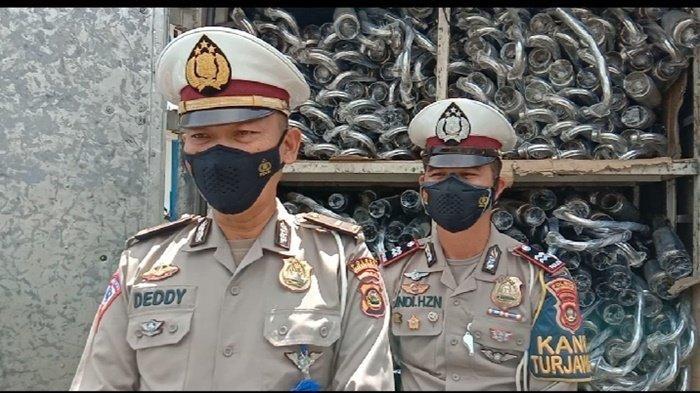 Kanit Keamanan dan Keselamatan (Kamsel) Ipda Dedy Iskandar didampingi Kanit Turjagwali Aiptu Andi Hendrianto ketika memberikan menjelaskan atas penangkapan dua orang tersangka penjual knalpot brong.