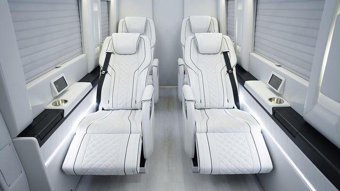 Jok di kabin Mercedes-Benz Sprinter Inkas ini cuma tersedia 4 buah dengan fitur penghangat, hingga pijat