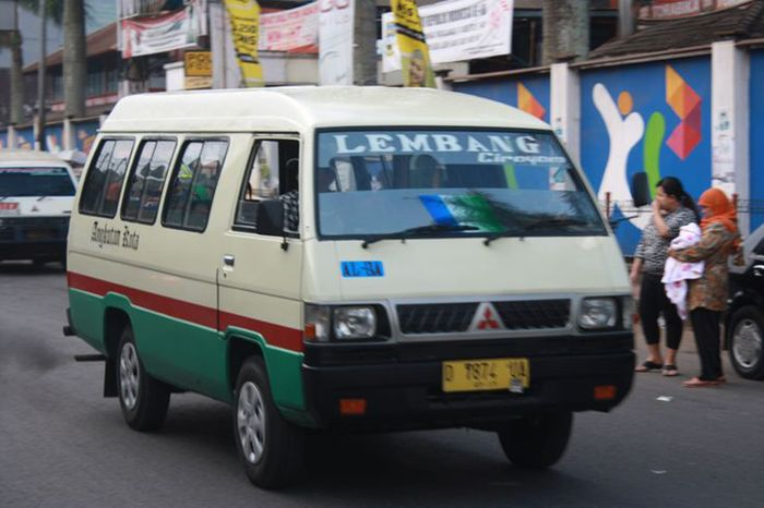 Mitsubishi L300 jadi angkot di Bandung
