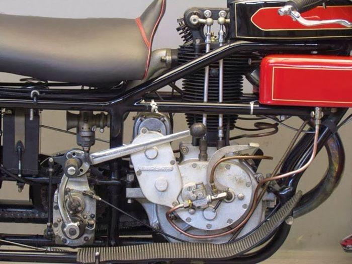 Mesin 600 cc tegak dan posisinya ada selangkangan pengendara