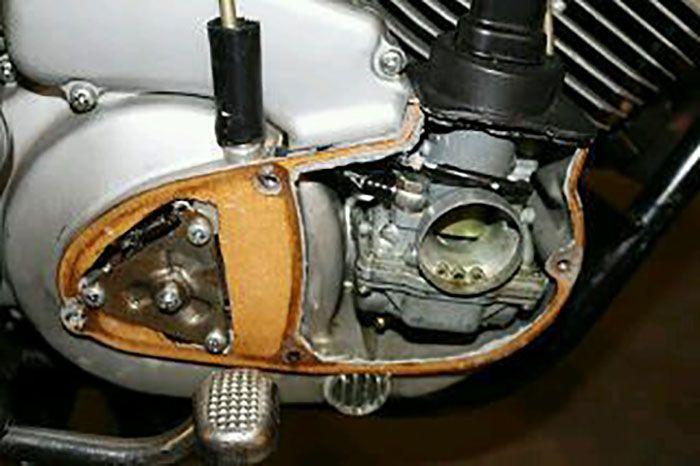 Posisi karburator Kawasaki A7 Avenger di blok kanan, di sebelah kiri juga ada dan tersembunyi