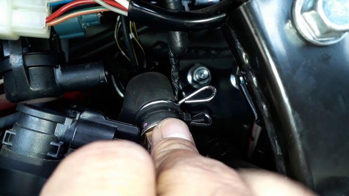 Nutup lubang AIS di motor dengan knalpot standar punya plus minus