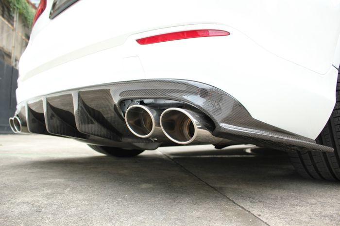 Rear diffuser carbon bikinin Dee Garage dengan knalpot AMG