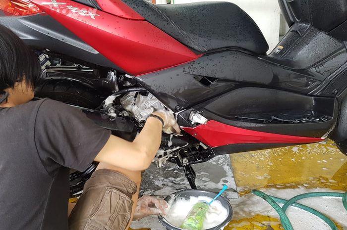 Ilustrasi mencuci motor