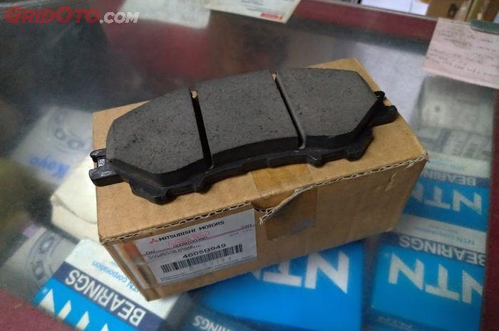 Kampas rem depan Mitsubishi Xpander orisinal yang dijual di Pelita Motor Mitsubishi.