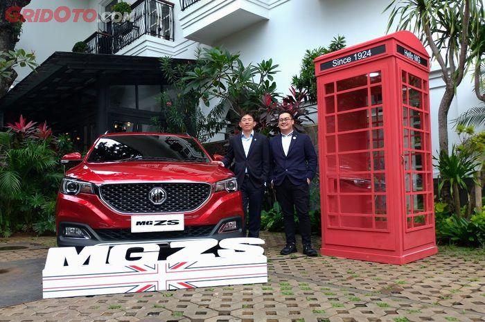 Figo Lee (kiri), dan Arief Syarifudin (kanan) masing-masing selaku Managing Director dan Marketing and PR Director MG Motor Indonesia bersama MG ZS.