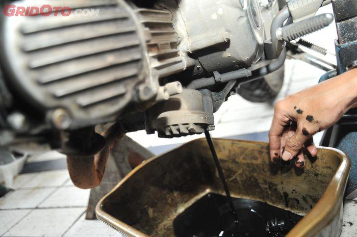 Bensin yang tidak terbakar sempurna bisa bercampur ke oli mesin dan mengurangi kualitas pelumasan