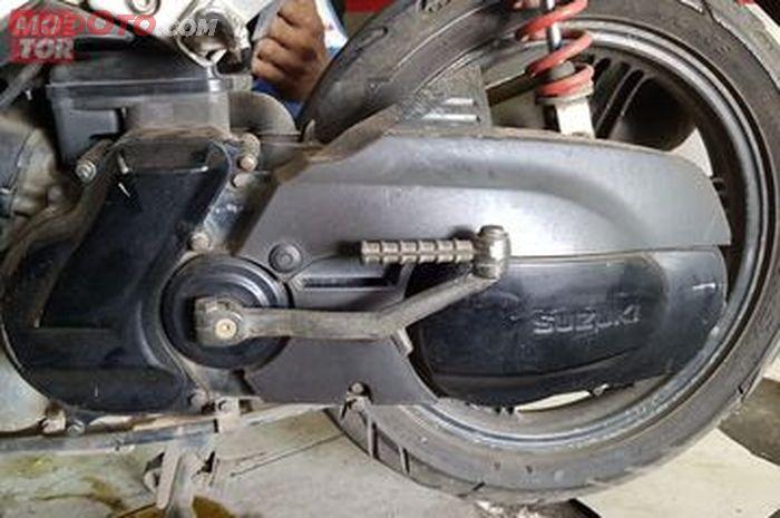 Ilustrasi kick starter (selaan engkol) pada motor matik