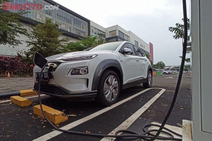 Hyundai Kona Electric sedang isi daya listrik di SPKLU dengan harga Rp 1.357 per Kwh
