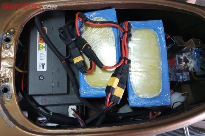 Posisi tangki bensin berubah menjadi tempat baterai dan controller, Vespa bermotor listrik garapan Petrikbike