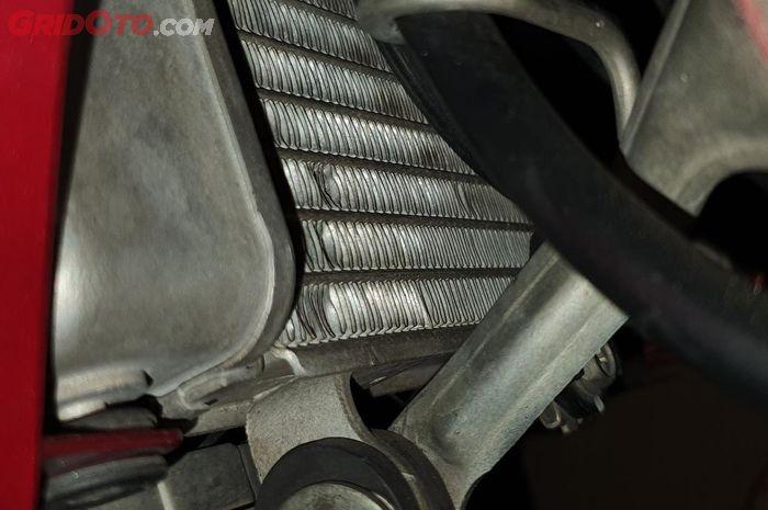 Kisi-kisi radiator yag penyok ini menganggu proses pelepasan panas