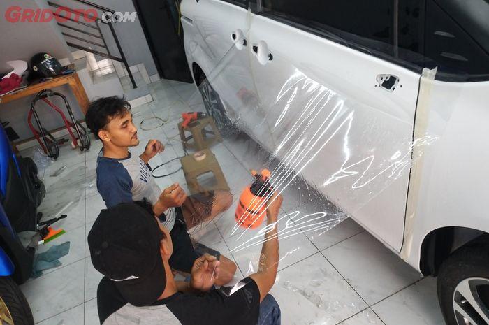 Pengerjaan wrapping VPF pada mobil