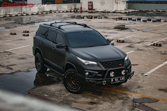 Modifikasi Toyota Fortuner VRZ sangar berjubah hitam