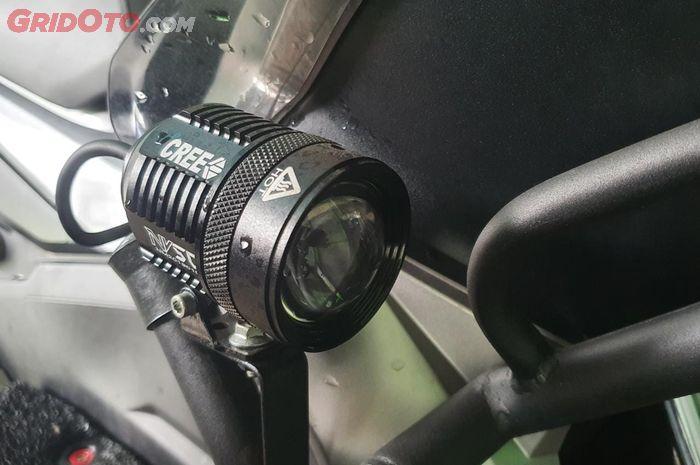 Lampu tembak tambahan terpasang di motor